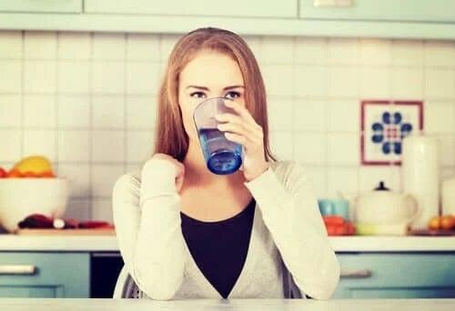 Fată care se hidratează bând apă