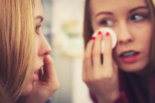 Fată care aplică un tratament ocular
