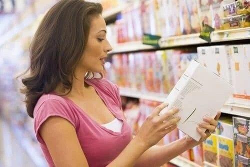 Femeie care știe cum să alegi alimente mai sănătoase
