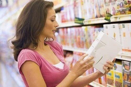 Femeie care citește etichetele alimentelor