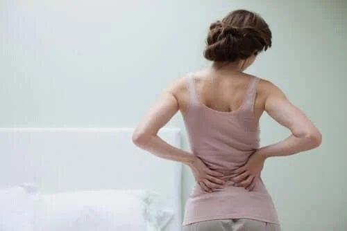 Femeie care suferă de fibromialgie