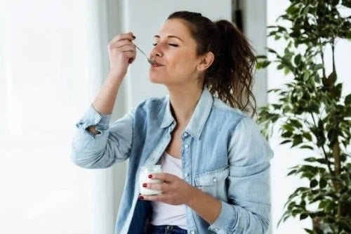 Femeie care consumă iaurt