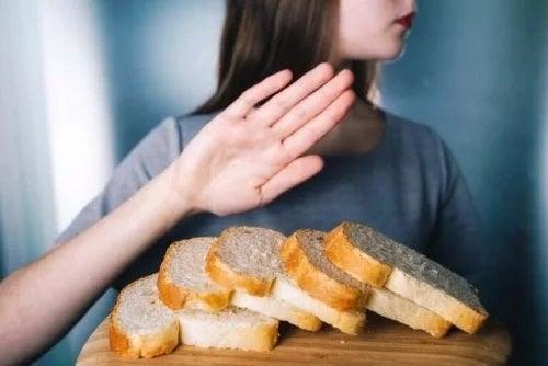 Femeie care respinge pâinea cu gluten