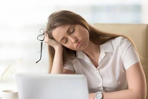 Femeie care are nevoie de remedii pentru relaxare cu lavandă
