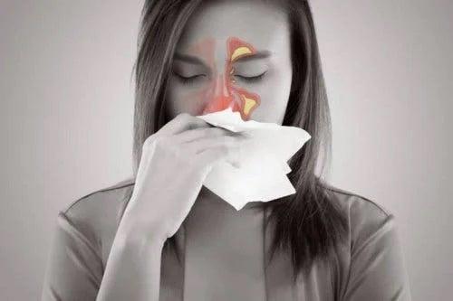 Femeie care are prpbleme cu sinusurile