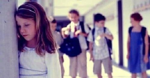 Fetiță marginalizată la școală