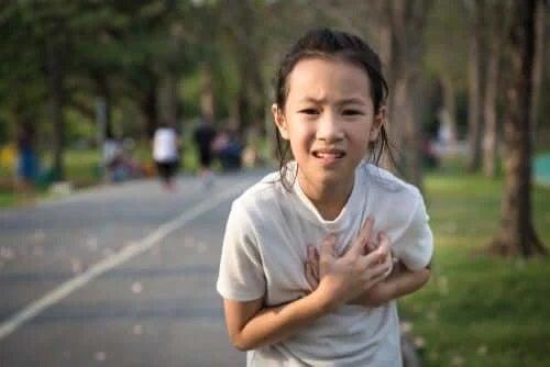 Fetiță care suferă de valva aortică bicuspidă
