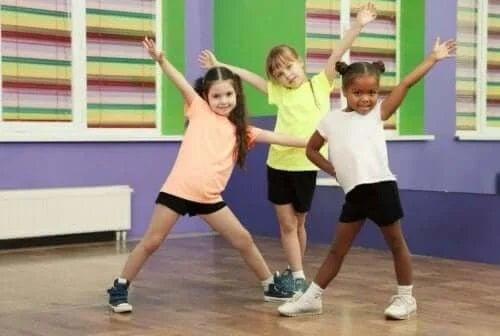 Fetițe care dansează