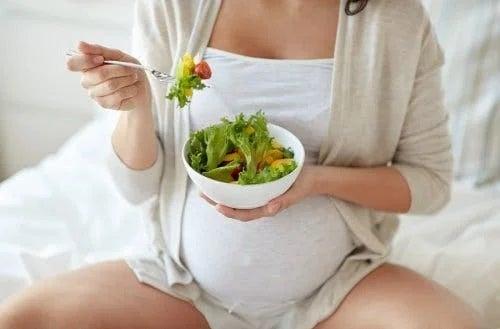 Gravidă care mănâncă