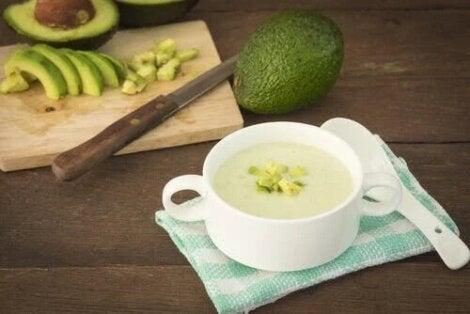Gustări vegane ușoare cu avocado