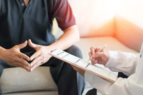 Medic ce discută cu un bărbat impotent