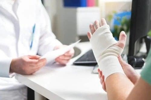Medic care se ocupă de tratamentul lacerațiilor