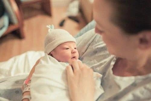 Femeie și nou-născut