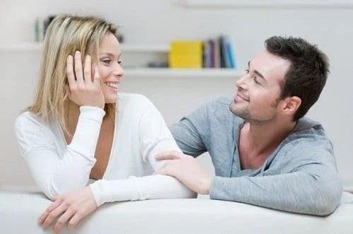 Pereche ce vorbește despre stabilirea limitelor în relație