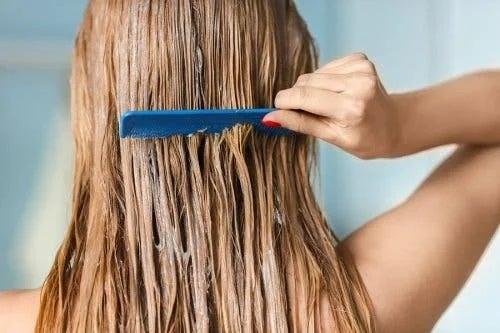 Persoană care se piaptănă pe părul ud