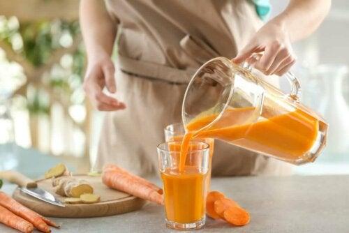 Persoană care prepară smoothie de morcovi