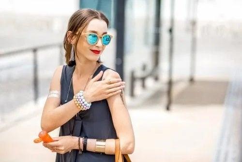 Femeie care aplică produse ce protejeazî pielea de cancer