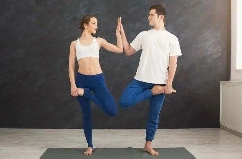 Yoga pentru cupluri îți întărește relația