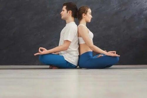 Yoga pentru cupluri este provocatoare