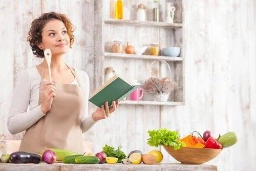 Femeie care citește sfaturi pentru a adopta dieta vegană