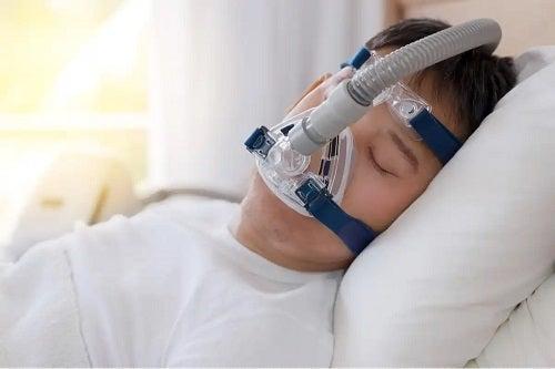 Bărbat care vrea să elimine cauze ale transpirațiilor nocturne