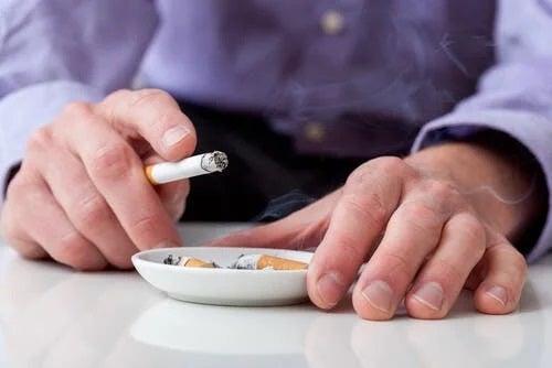 Bărbat care fumează
