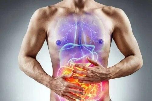 Bărbat care are probleme digestive