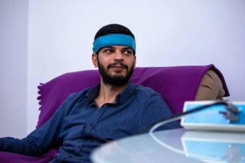 Bărbat care folosește tehnica de relaxare biofeedback