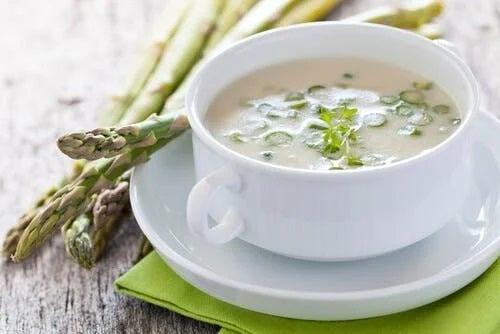 Bol cu supă cremă de sparanghel verde
