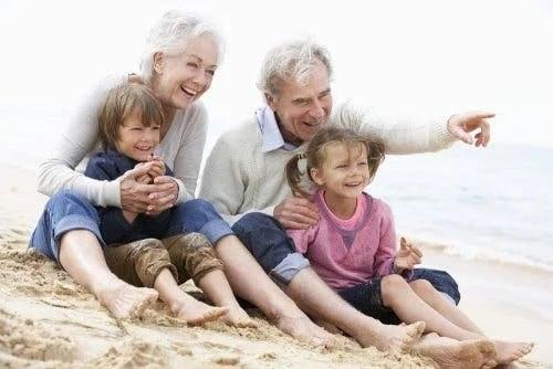 Bunici cu nepoții pe plajă