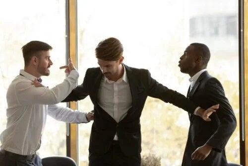 Ceartă între colegi la locul de muncă