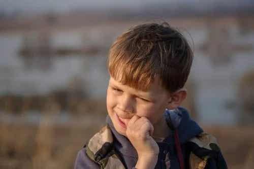 Copiii care își rod unghiile: ce poți face?