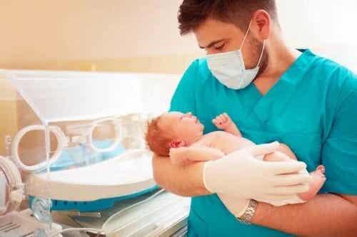 Cât timp trebuie să stea copiii prematuri în spital?
