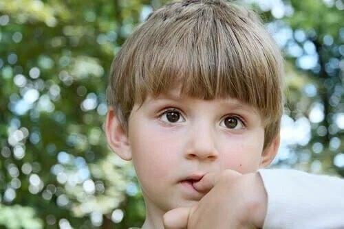 Copi cu degetul în gură