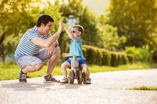 Copil cu tatăl lui în parc