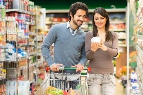 Cuplu la cumpărături folosind sistemul NutriScore