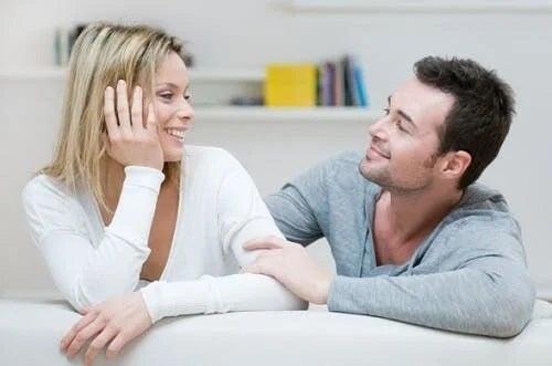 Cuplu care discută despre cum să te înțelegi cu socrii
