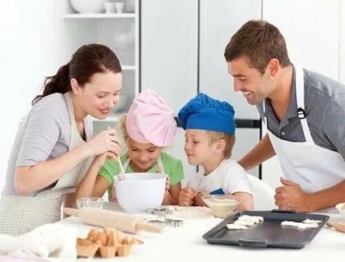 Familie care gătește un desert