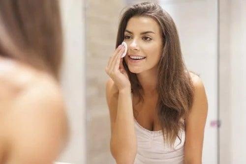 Fată care nu face greșeli în îngrijirea pielii