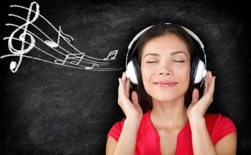 Fată care ascultă muzică