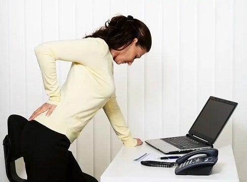 Femeie cu durere musculară