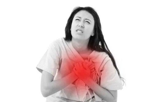 Femeie cu durere în piept