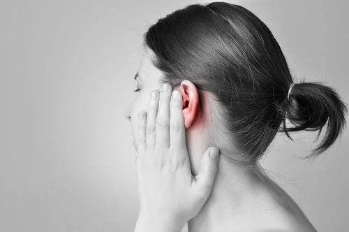 Femeie care are o durere de ureche