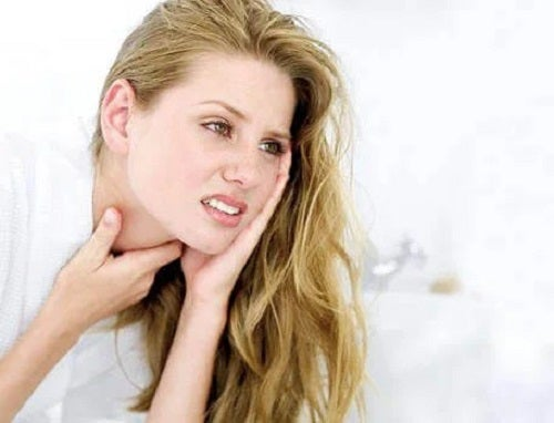 Femeie cu dureri în gât