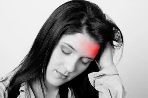 Femeie care are o migrenă