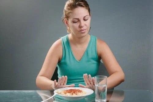 Femeie care refuză mâncarea