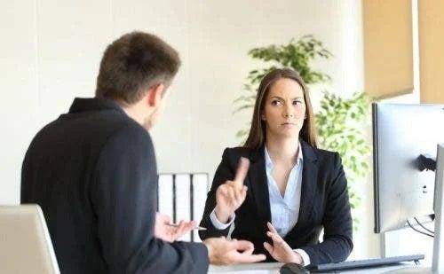 Femeie care îți refuză șeful