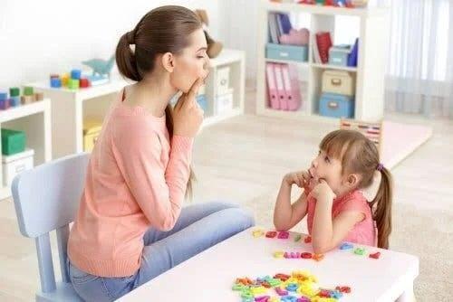 Fetiță care învață o limbă străină