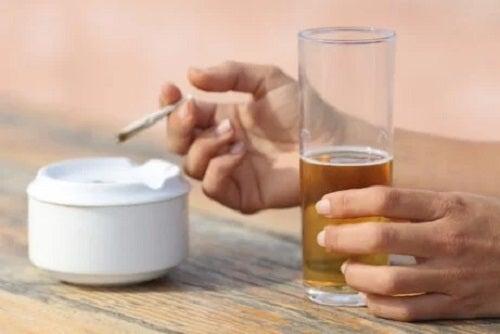 Fumatul pe lista de obiceiuri pe care să le eviți dacă ai gastrită cronică
