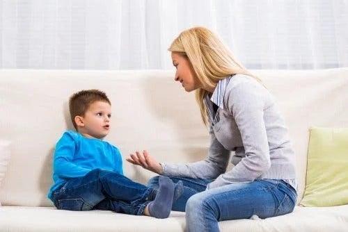 Mamă care vorbește cu copilul